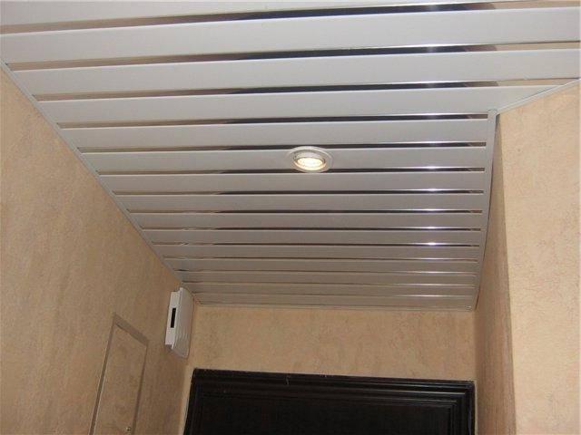 Пластиковый потолок в коридоре - преимущества и недостатки