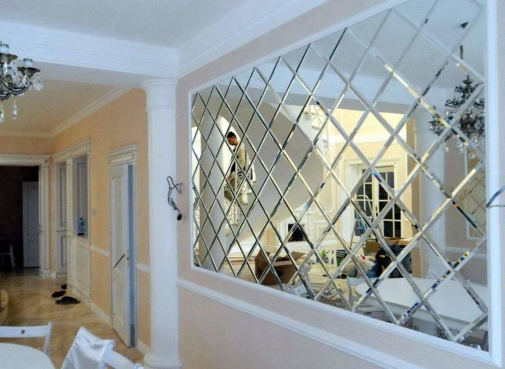 Зеркальная плитка в интерьере ванной, кухне, спальне, гостиной: размеры, фацет на плитке из зеркала, плитка-соты, фото