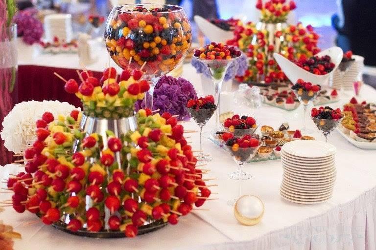 Украшение зала на юбилей (61 фото): как украсить цветами и другим декором? оформление банкетного зала на юбилей женщине или мужчине на 60 лет и в другие даты