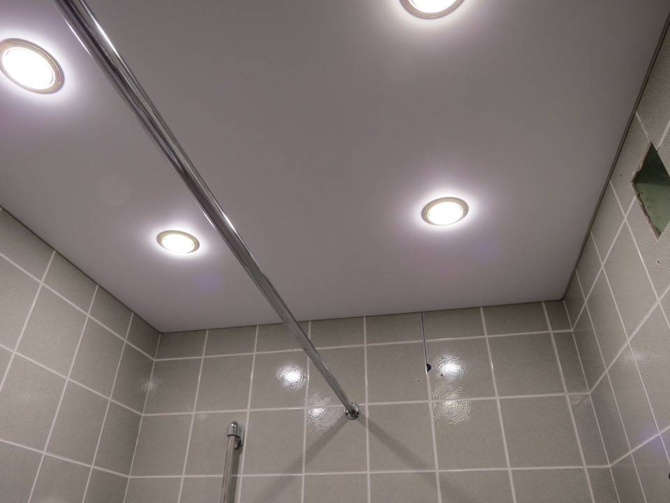 Ванная комната с натяжным потолком: варианты дизайна освещени
