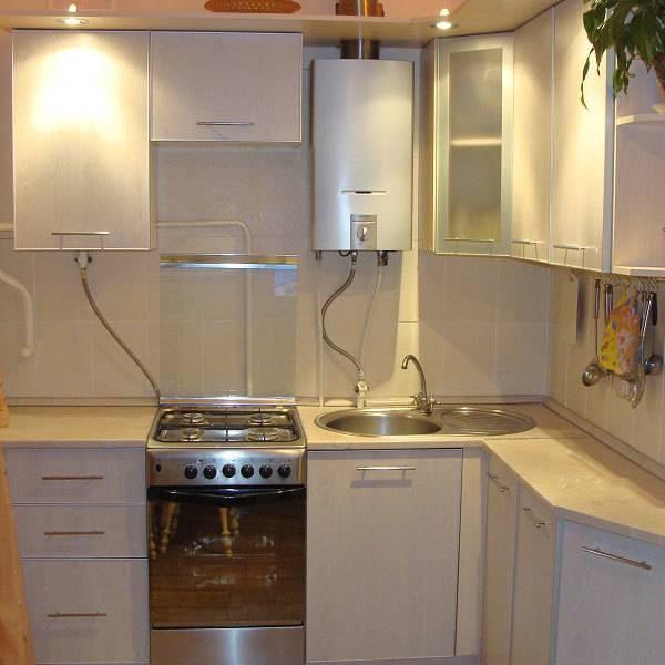 Газовая колонка на кухне в интерьере хрущевки