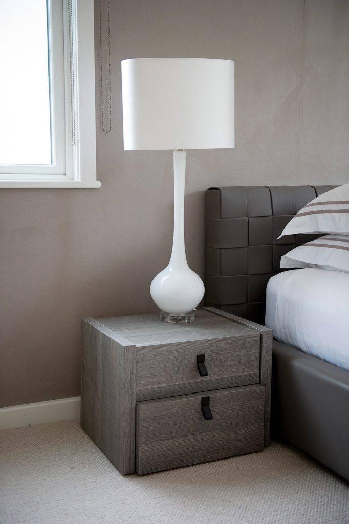 Прикроватные шкафы для спальни (39 фото): шкаф над кроватью, дизайн комнаты со встроенными вокруг кровати пеналами