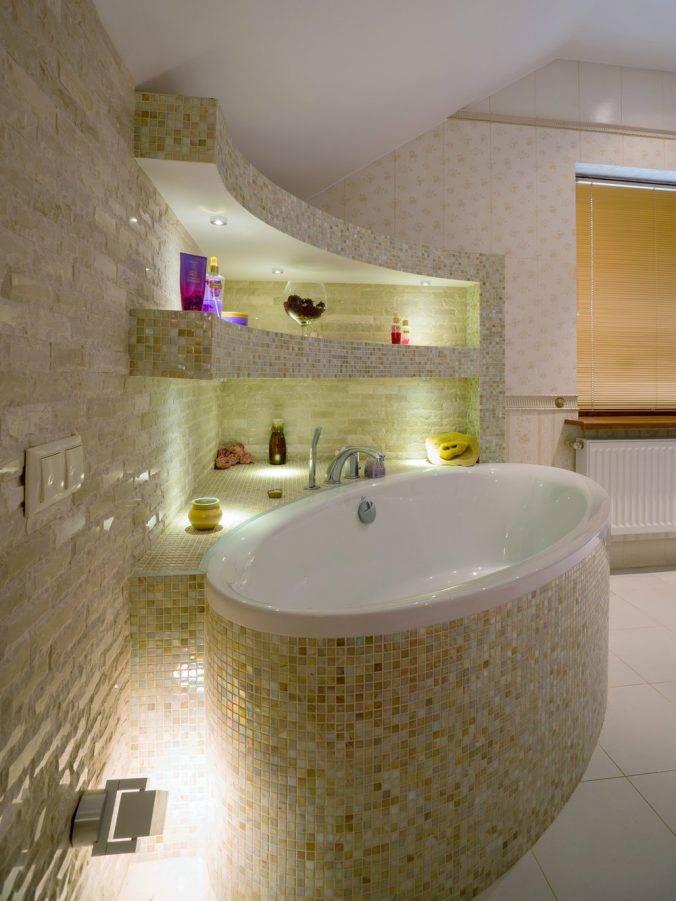 Угловая ванна в маленькой ванной комнате (идеи дизайна)