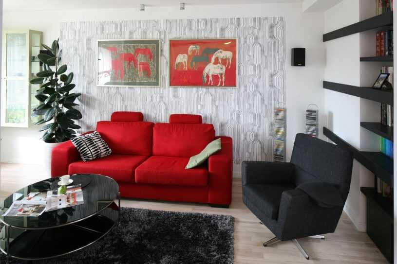 Бирюзовый диван в интерьере разных комнат в разных стилях