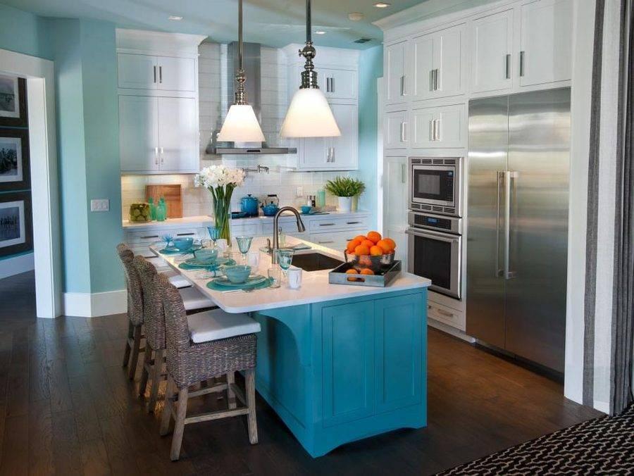 Голубая кухня: молочно-голубой цвет и тон с бежевыми стенами в дизайне интерьера - фартук, пол для маленькой