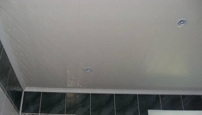 Потолок в ванной из пластиковых панелей - плюсы и минусы, порядок монтажа