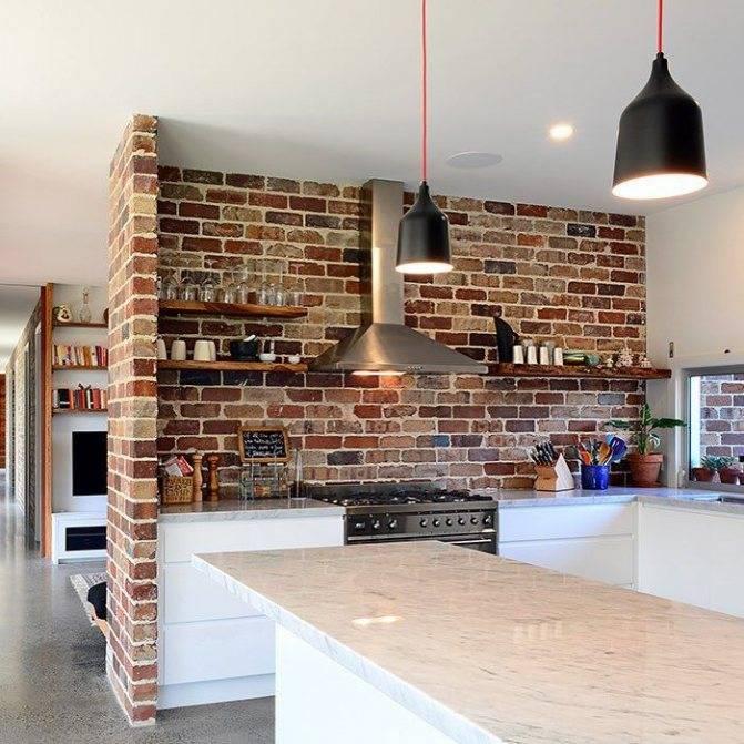 Декоративный кирпич в интерьере (65 фото): белая кирпичная отделка стен на кухне, дизайн венецианским камнем на балконе квартиры