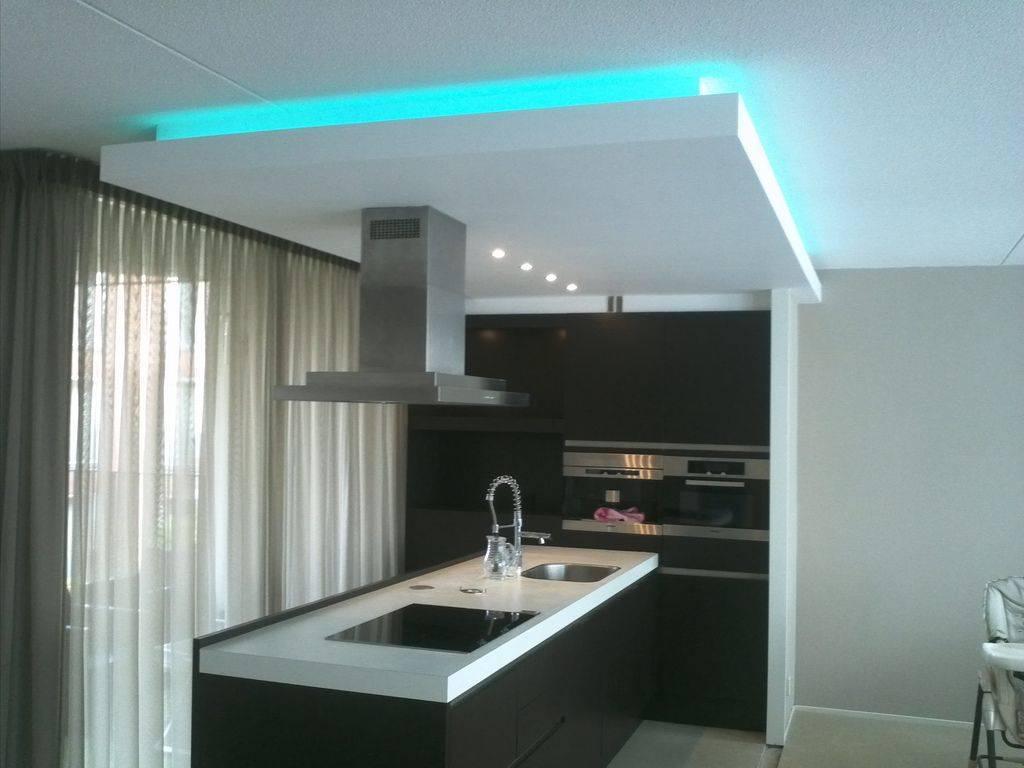 Потолок из гипсокартона на кухне с подсветкой - 25 фото
