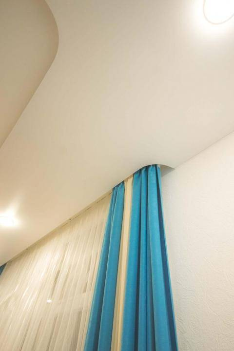 Потолочный карниз для натяжных потолков: какой выбрать, какие лучше, установка, как сделать скрытый карниз под натяжной потолок, виды карнизов для штор