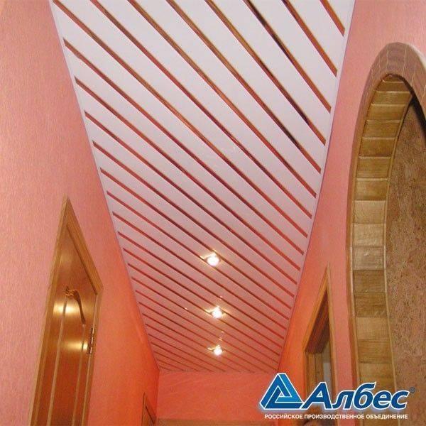 Отделка потолка пластиковыми панелями: фото, преимущества и недостатки, устройство покрытия из пвх панелей