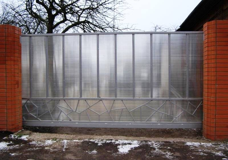 Забор из поликарбоната – плюсы и минусы, стоимость