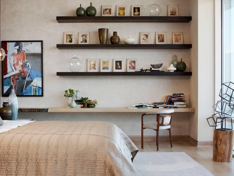 Настенные полки в интерьере гостиной — фото примеров