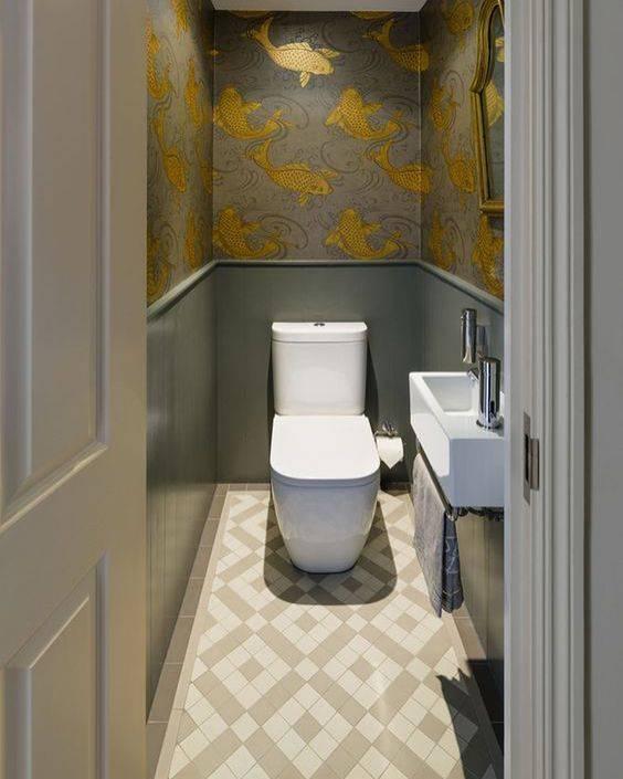 Туалет с раковиной и инсталляцией, дизайн с кафелем и обоями ( 21 фото)