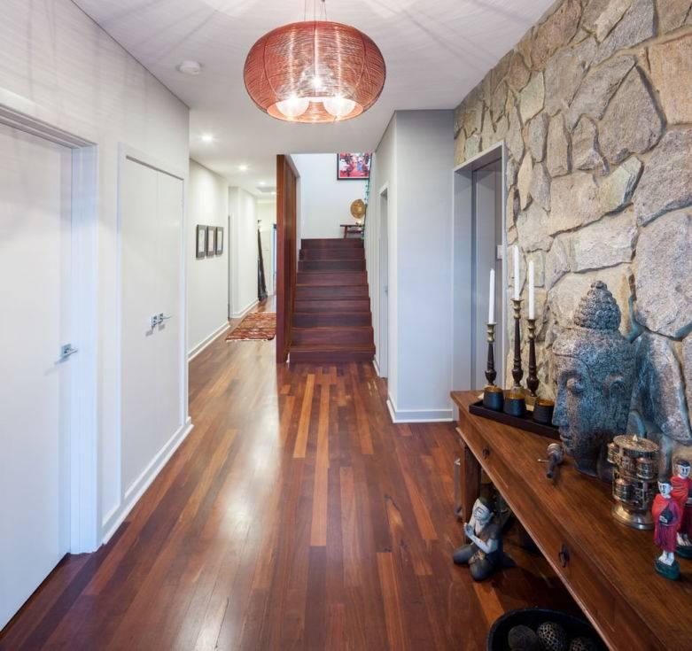 Отделка прихожей декоративным камнем и обоями (45 фото): дизайн интерьера, украшенный искусственным камнем и жидкими обоями и фотообоями