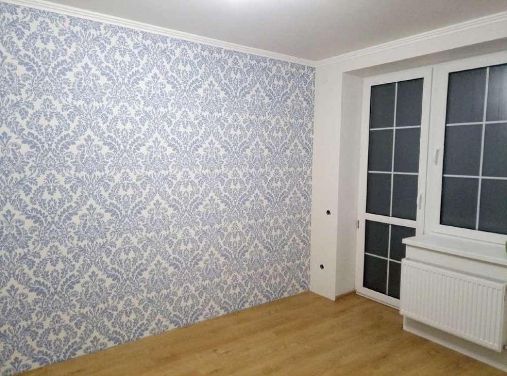 Удачное сочетание: обои-компаньоны в интерьере зала, фото