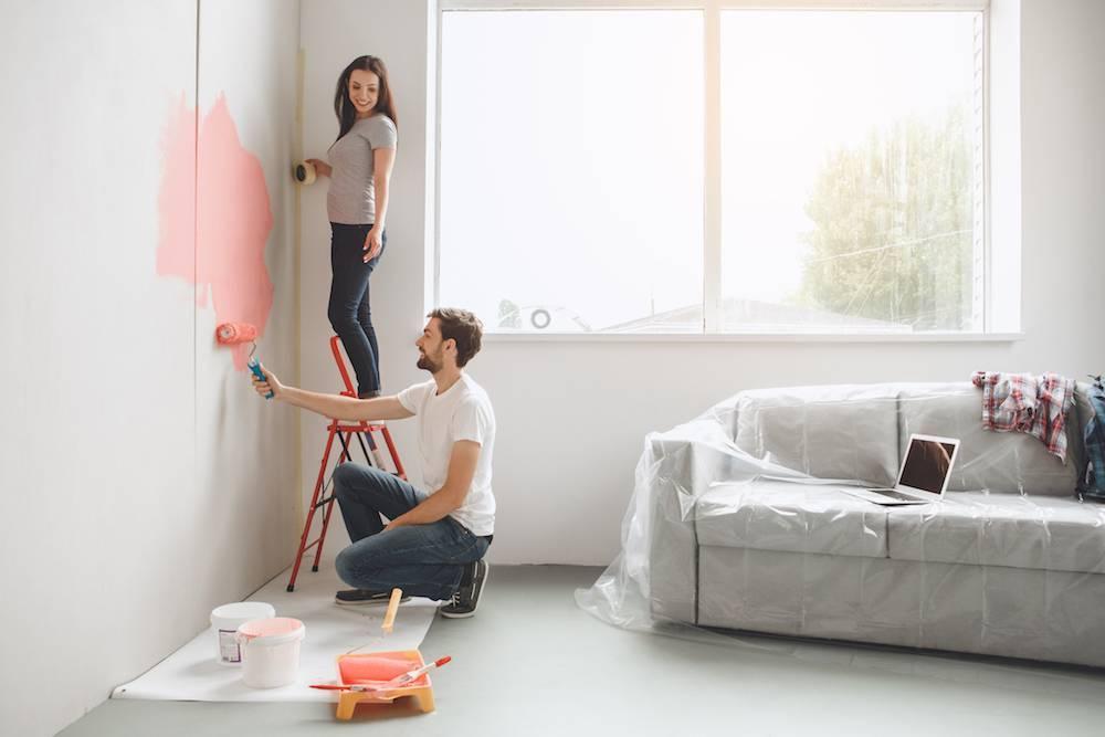 Как самостоятельно покрасить обои под покраску в один и два цвета