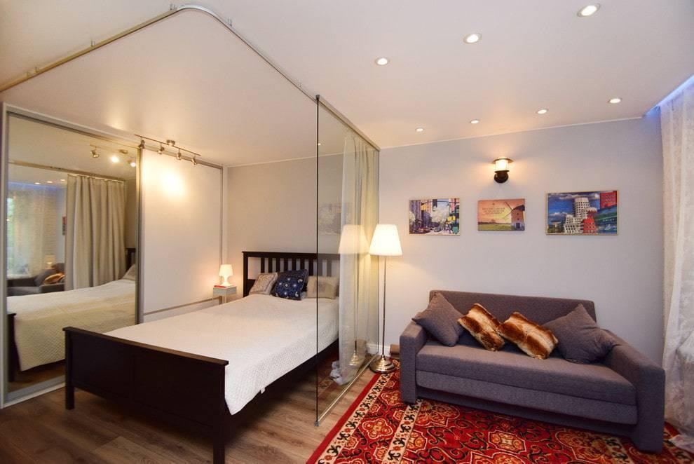 Интерьер комнаты в однокомнатной квартире с кроватью, примеры дизайна с двуспальной кроватью