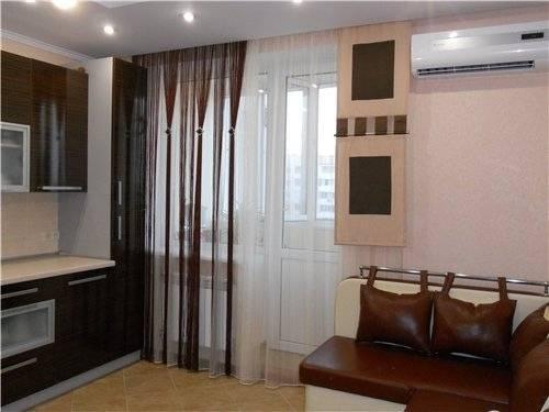 Занавески на кухню с балконной дверью: фото примеров
