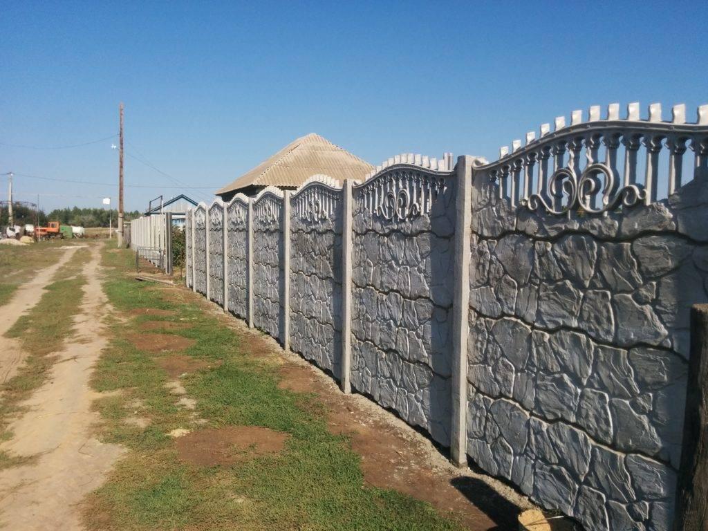 Секционный бетонный забор (34 фото): сборное железобетонное ограждение из секций, стандартные размеры