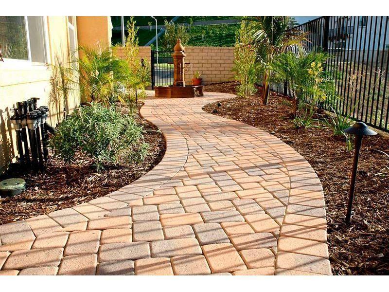 Тротуарная плитка во дворе частного дома (33 фото): дизайн, альтернатива плитке. как выложить плитку разного вида своими руками? как обновить?