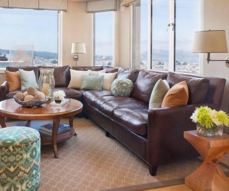 Сочетание коричневого дивана в интерьерах гостиной комнаты