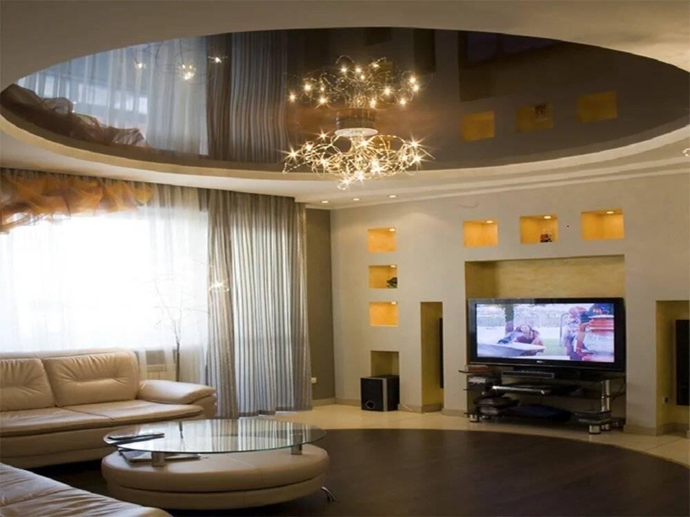 Советы по выбору современных натяжных потолков в гостиную комнату