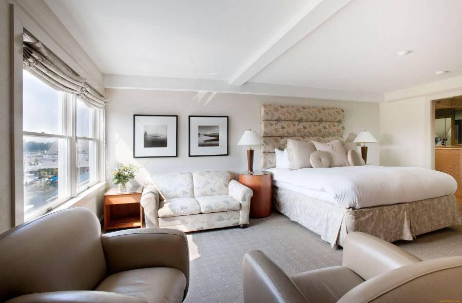 Дизайн кровати в гостиной ( 34 фото): идеи оформления интерьера диваном-трансформером вместо кровати, выбор модели для зала площадью 18 кв. метров