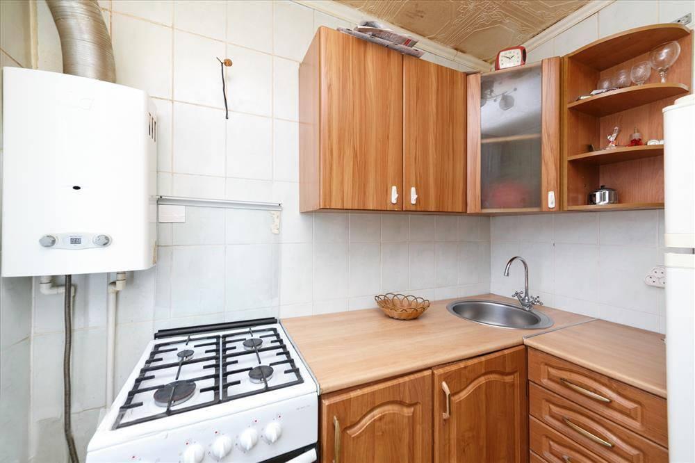 Кухни с колонкой в «хрущевке» (53 фото): варианты дизайна маленьких и угловых кухонь с газовой колонкой, планировки с кухонным гарнитуром и холодильником