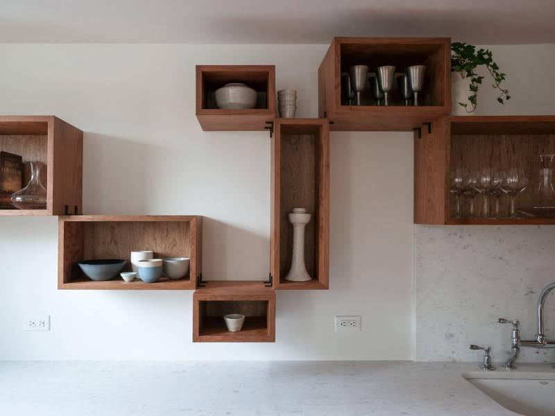Полки на кухню (31 фото): выбираем полки на стену для специй или посуды, особенности деревянных, стеклянных и металлических подвесных полочек