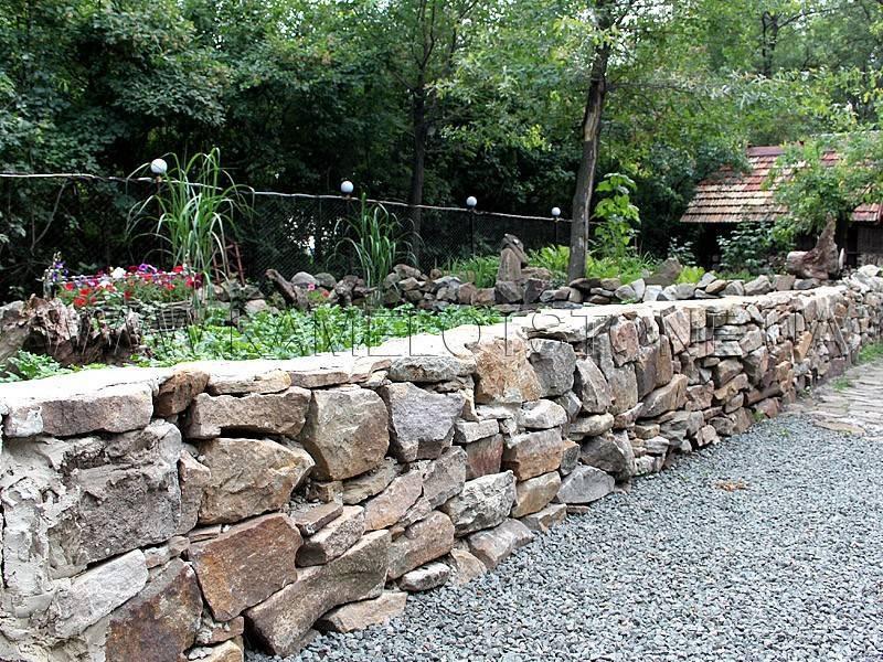 Забор из камня (51 фото): каменное ограждение с сеткой, ворота из декоративного бута и дикого «француза» для частных домов
