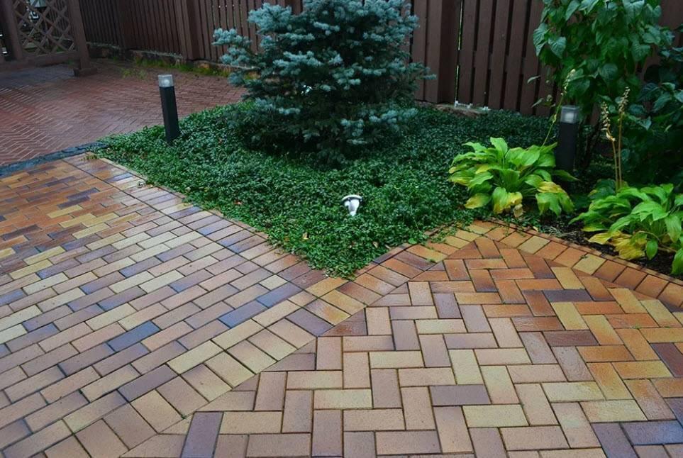 Устройство садовых дорожек на даче из тротуарной плитки, брусчатки: оформление и дизайн  - 13 фото