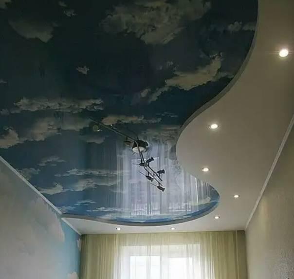 Двухуровневые натяжные потолки в интерьере спальни
