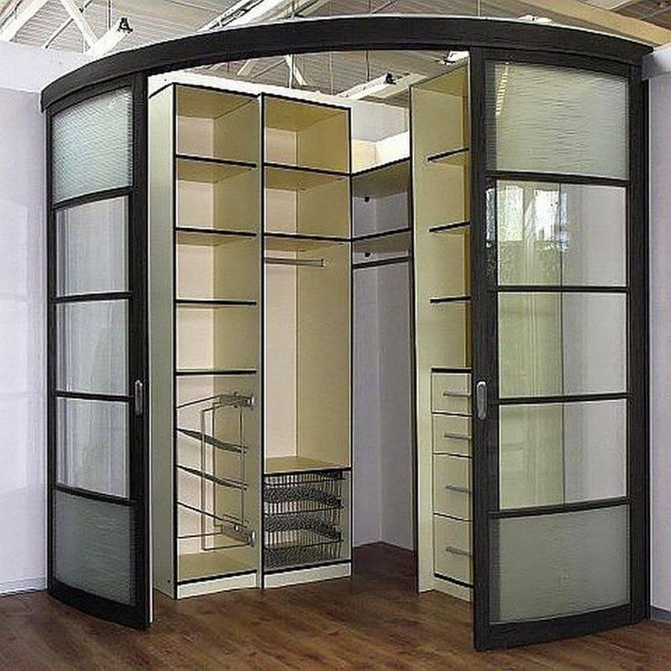 Интерьер спальной комнаты с угловым шкафом купе