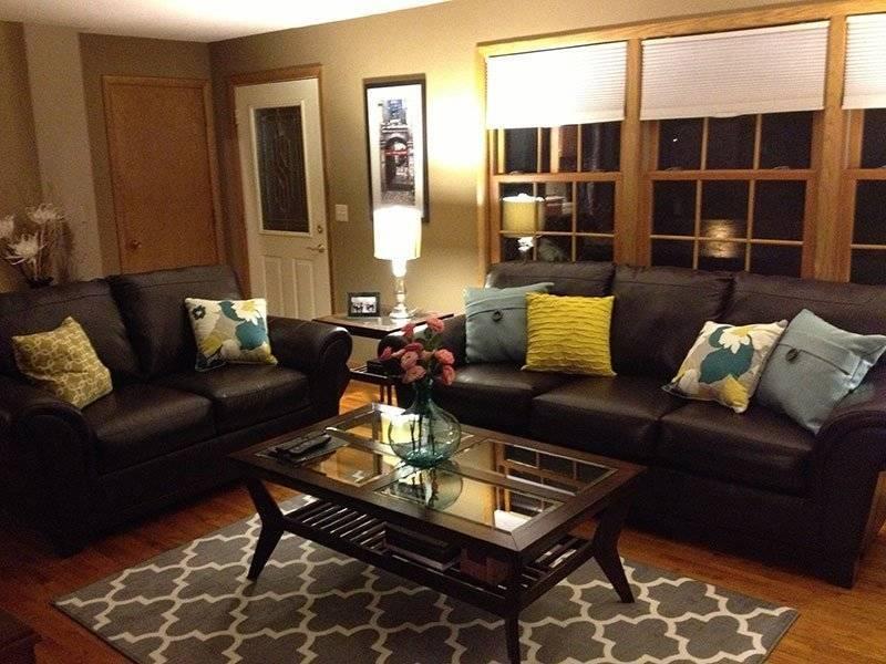 Коричневый диван в интерьере