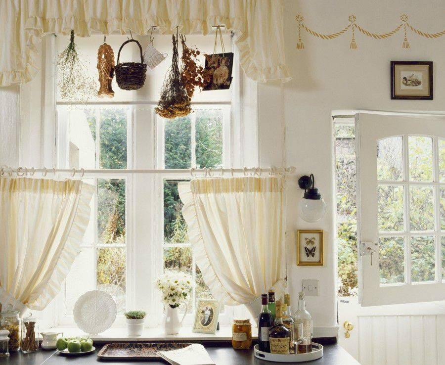 Оформление окна рулонными шторами и тюлем (48 фото): варианты сочетания в интерьере, как совместить с нитяными занавесками