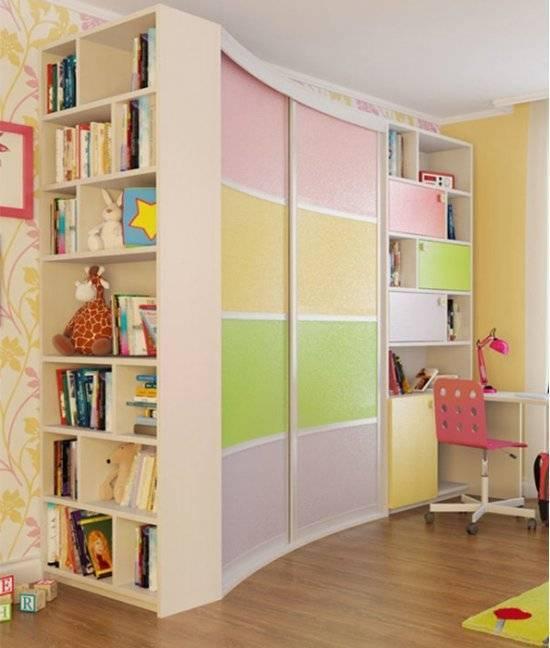 Шкаф-купе в гостиную: красивые и стильные варианты расположения в интерьере, большие, встроенные, стильные шкафы во всю стену