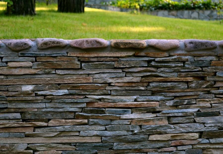 Забор из камня своими руками из дикого природного камня и булыжника, с фундаментом и без, как построить столбы и выложить стены