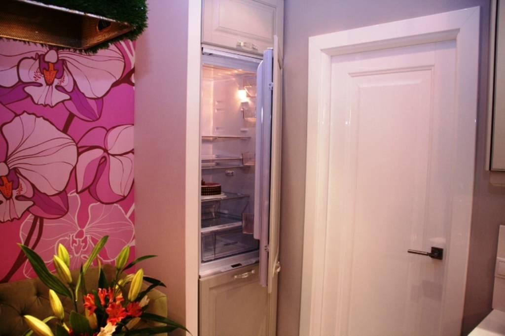 Холодильник, встроенный в прихожую – зачем это нужно и какая польза