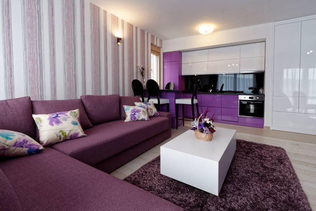 Варианты использования фиолетового дивана в интерьере гостиной интерьер и дизайн