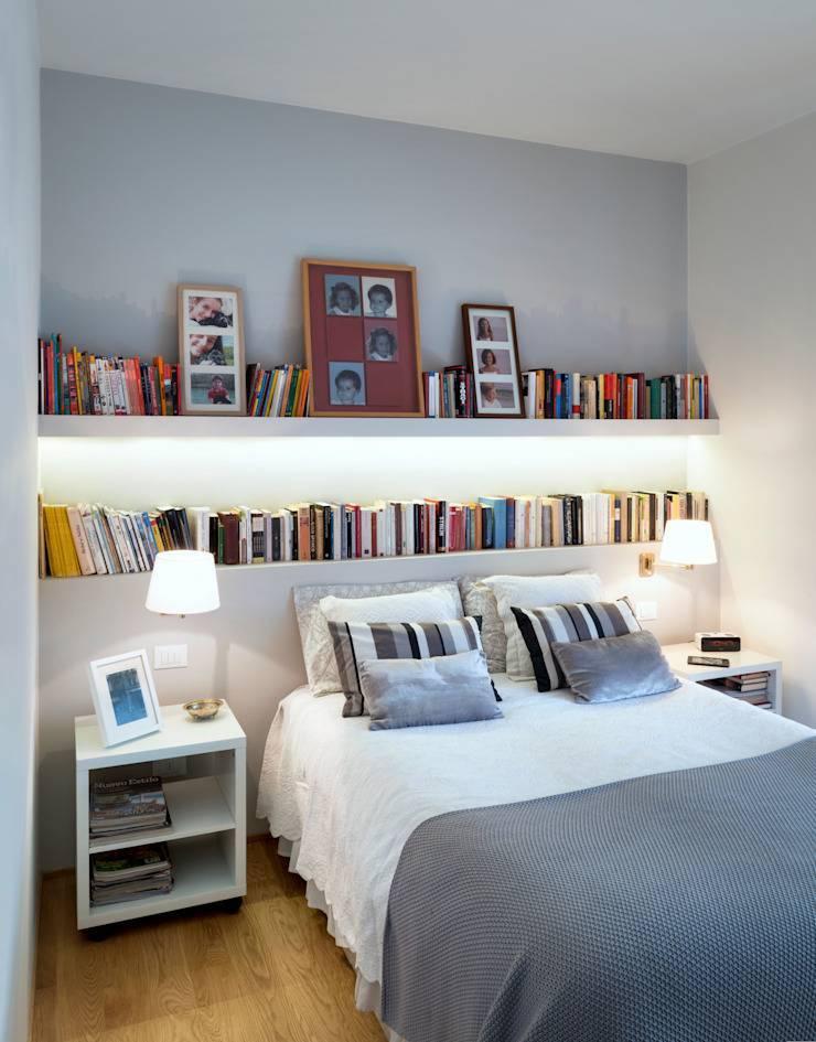 Полки над кроватью в спальне фото
