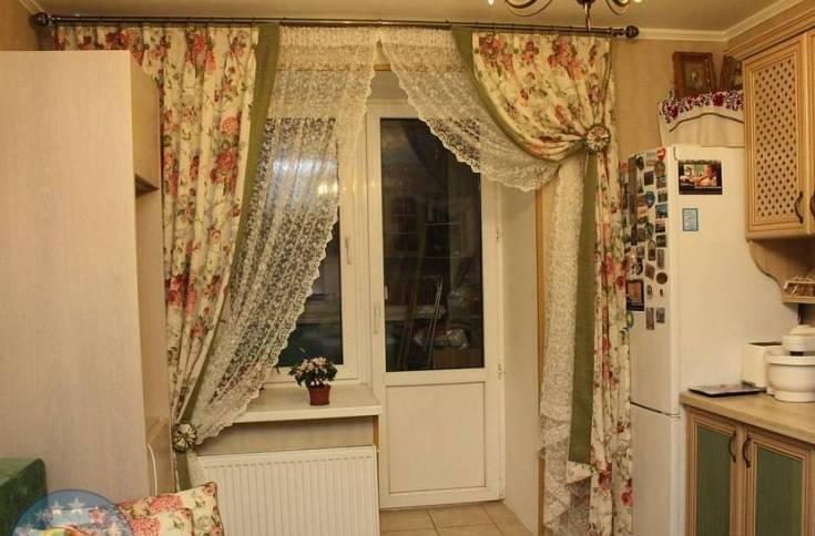 Правильное оформление окна с балконной дверью в гостинной, спальне, кухне 15 фото
