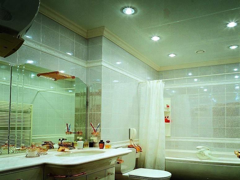 Какой потолок лучше сделать в ванной комнате: сравнительный обзор всех вариантов