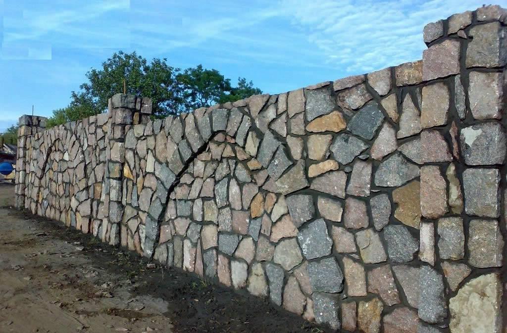 Забор из камня: дикого и декоративного, каменная ограда, подготовка элементов