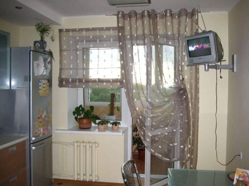 Выбираем красивые шторы на кухню с балконной дверью