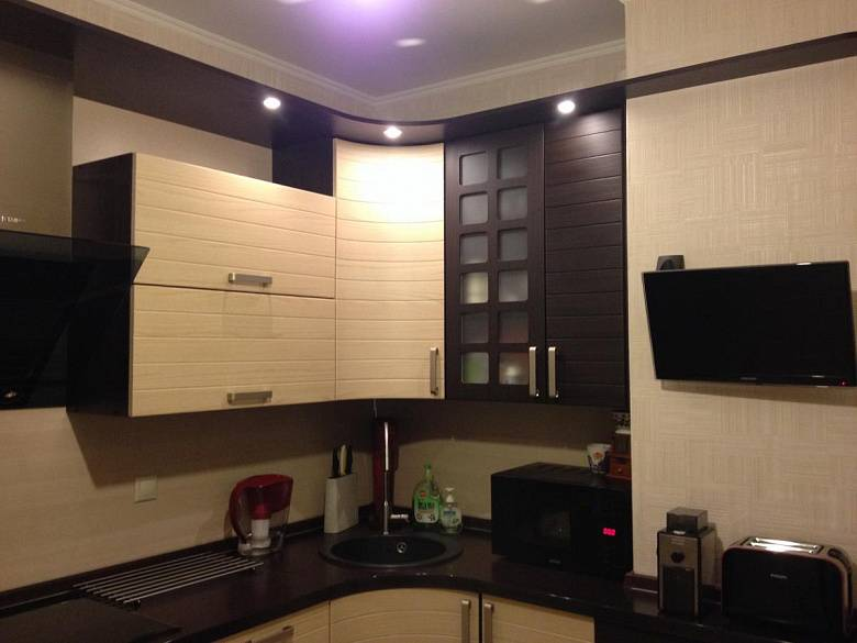 Дизайн кухни с угловым вентиляционным коробом