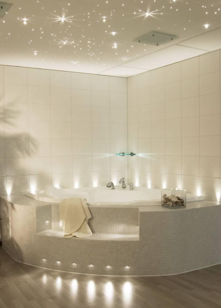 Освещение в ванной комнате с натяжным потолком: примеры и фото