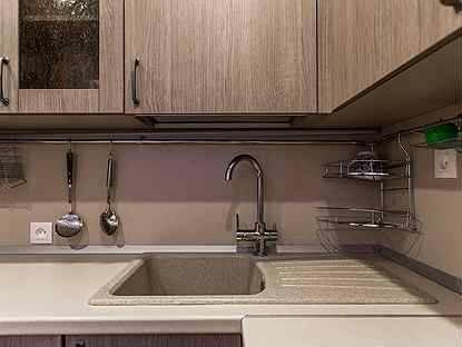 Дизайн кухни в хрущёвке с газовой колонкой и холодильником: фото
