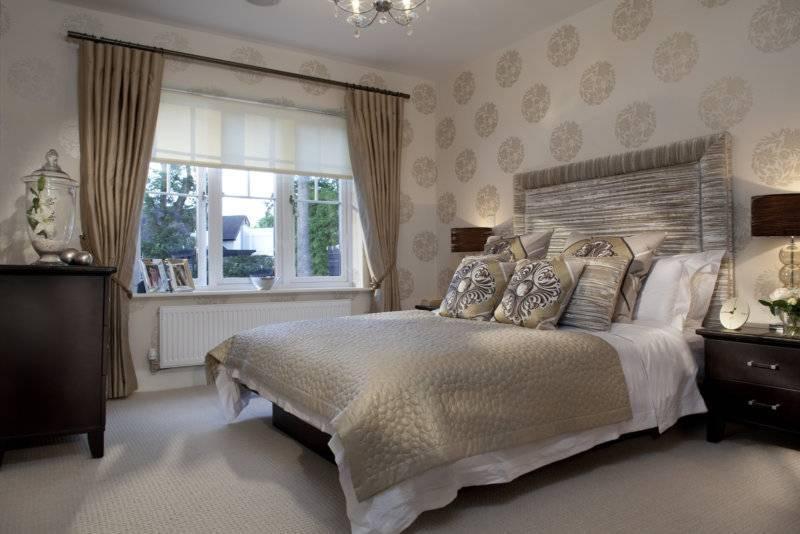 Спальня с двумя окнами — модный дизайн (90 фото)