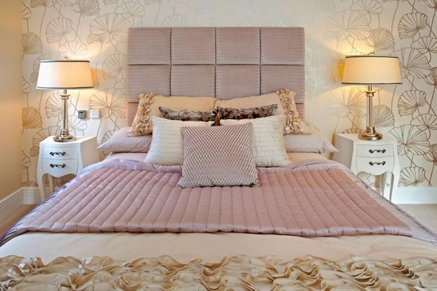 Как оформить стену у изголовья кровати в спальне своими руками: декор и молдинги напротив кровати