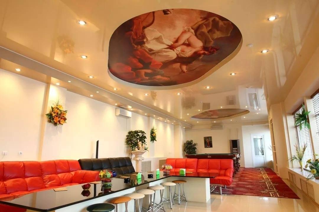 Дизайн потолка в гостиной (82 фото): красивые примеры-2021 оформления зала площадью18 кв. м, современные навесные варианты, какой потолок лучше сделать в квартире